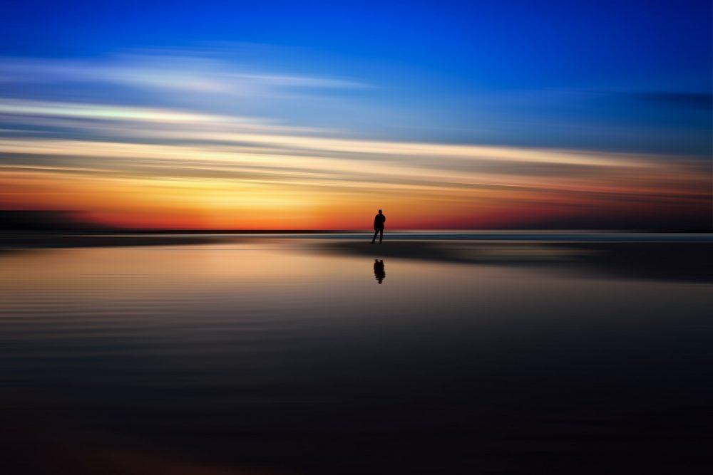 ウユニ塩湖の上に一人立つ人