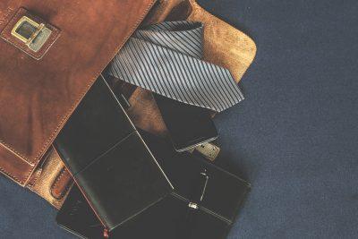 ビジネスバッグとネクタイ