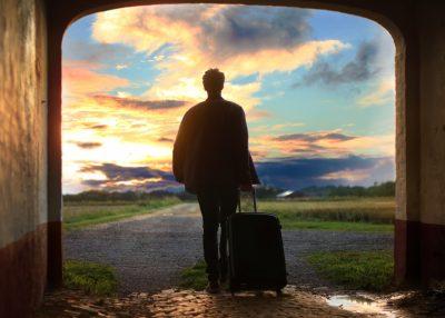 旅を始める男性
