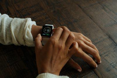 腕時計で時間をチェックする
