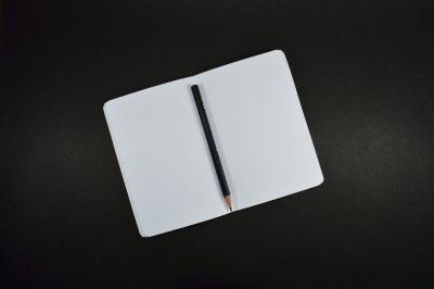紙をペンで何かを書く