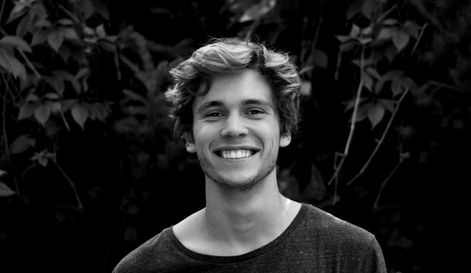 幸せそうに微笑む男性
