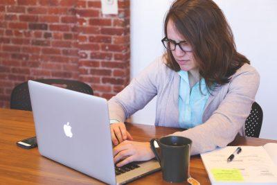 パソコンから何かを密告しようとする女性